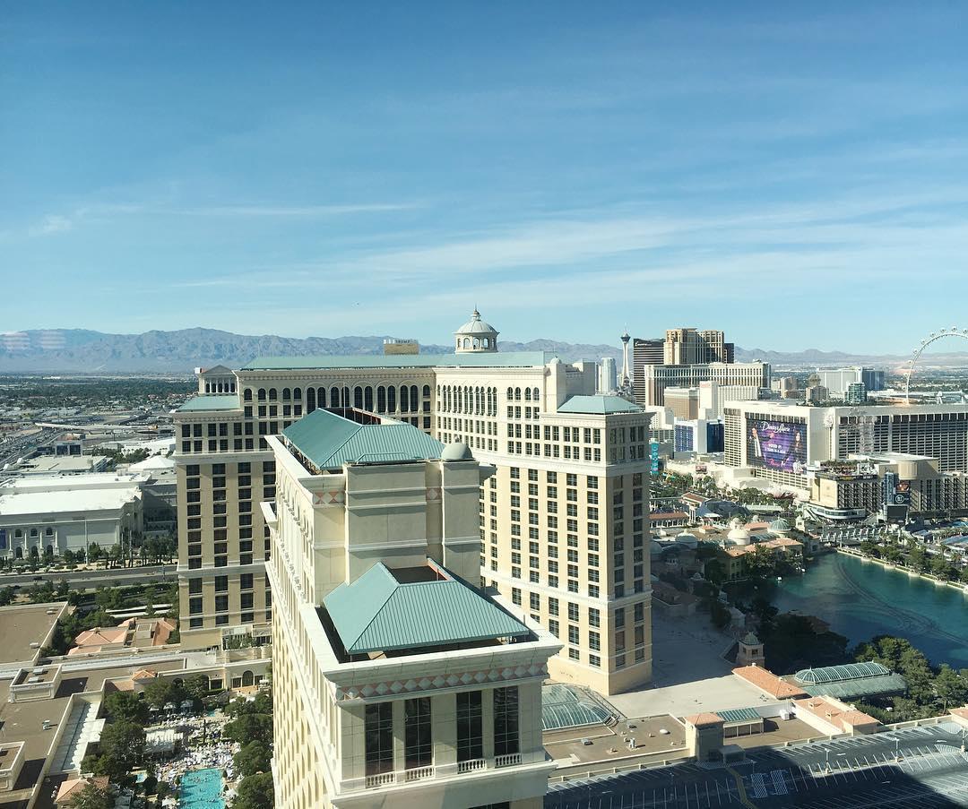 Arrived in Las Vegas! Nach unserer Wüstenfahrt durch das Death Valley und Südwestnevada sind wir im verrückten Las Vegas angekommen. Das Hotel @vdaralasvegas ist super, und bietet einen Blick aus unserem Zimmer auf die @bellagio Fountains Nach wie vor haben wir einfach ein Traumwetter, darum freue ich mich auf den morgigen Tag am Pool
